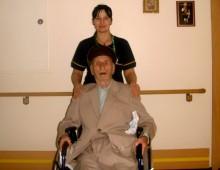 Снимка на възрастен мъж със социален асистент.